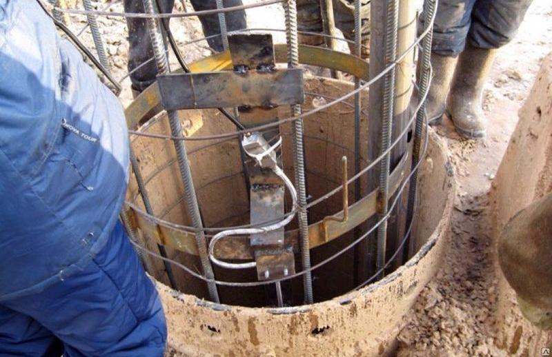 Установка армирующего каркаса в трубу сваи