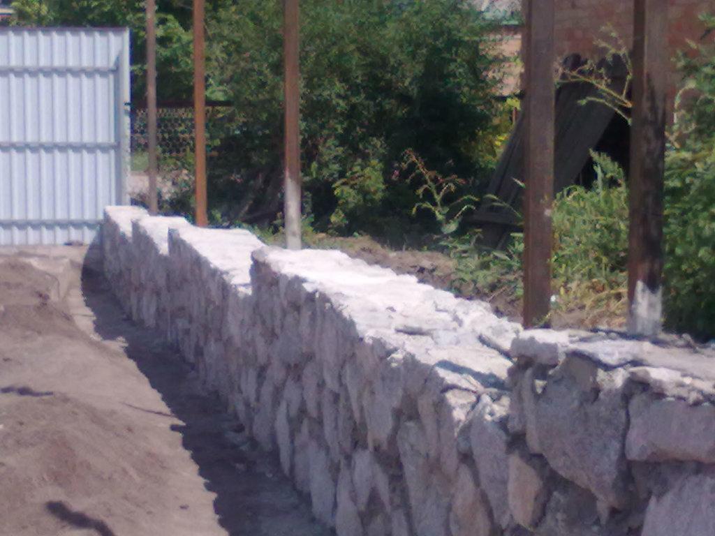 Каменный фундамент выглядит очень солидно.