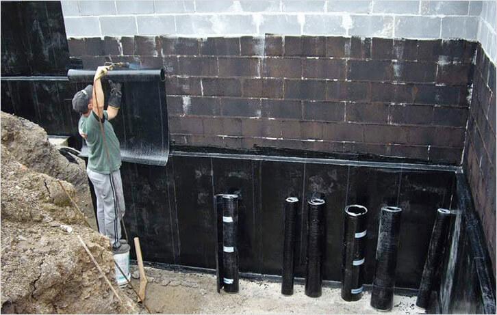 Процесс гидроизоляции фундамента эксплуатируемого дома