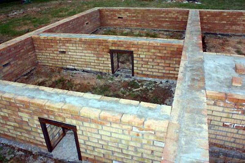 Ленточный кирпичный фундамент загородного дома