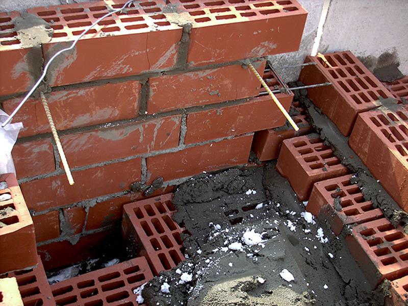 Укладка арматуры в кирпичный фундамент