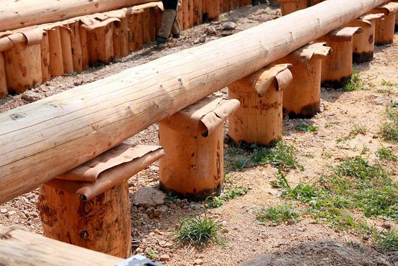 Столбчатая основа здания на деревянных опорах