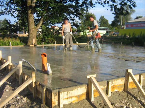 Заливка бетоном монолитного фундамента