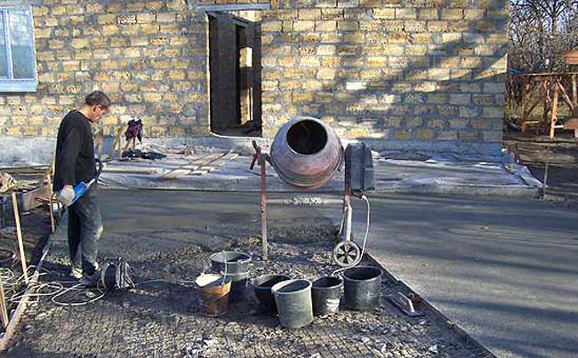 Использование бетономешалки ускорит процесс