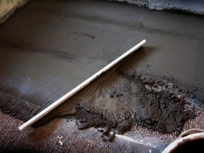 Механическое разравнивание бетонного раствора