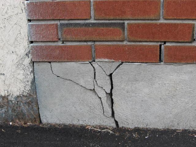 Трещины на стенах дома - первые признаки проседания фундамента
