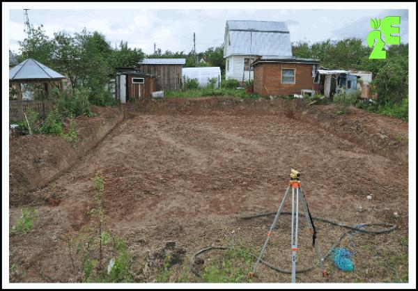 Выемка плодородного слоя почвы под плитное основание дома