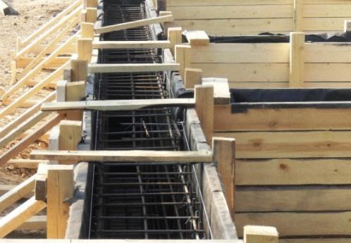 Доска на опалубку используется обрезная, толщиной в 40 мм. Детали для укрепления называют хомуты, распорки, подпорки.