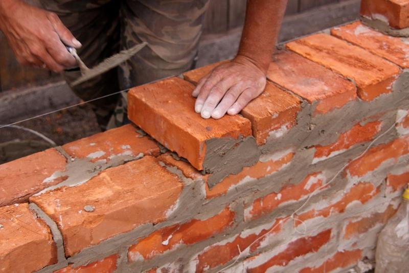 Кладка цоколя из кирпича предусматривает использование раствора, состоящего из смеси цемента и песка.