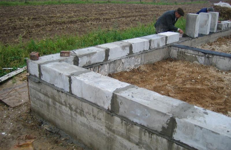 Сначала бурятся скважины чуть больше, чем глубина промерзания, с расширением полости на дне. В них вставляется арматура и заливается бетон.
