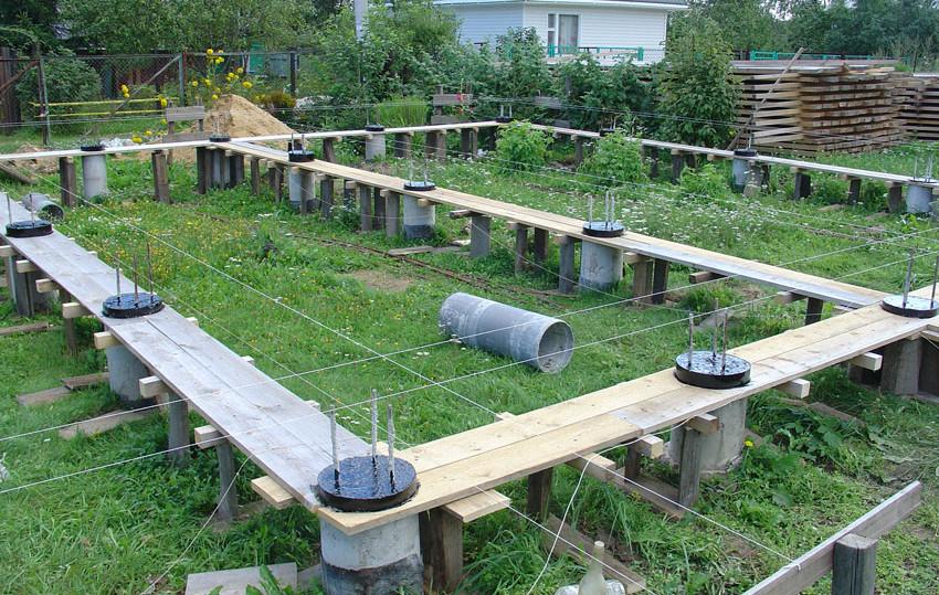 Сваи используются преимущественно на сложном грунте и рельефе.