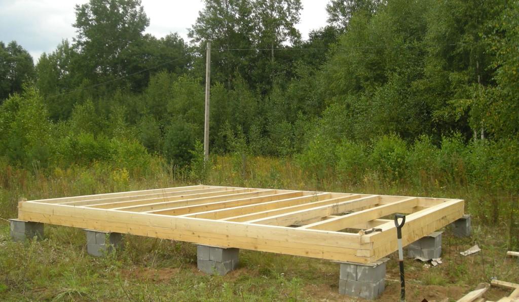 После установки блоков любой конструкции, в околоямное пространство засыпается грунт, который был извлечен.