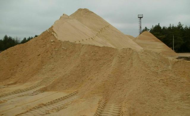 В речном песке почти нет глины, органических соединений, поэтому он является чистым.