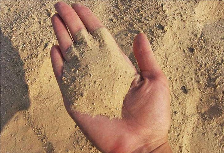 Карьерный песок отличается низкой стоимостью.