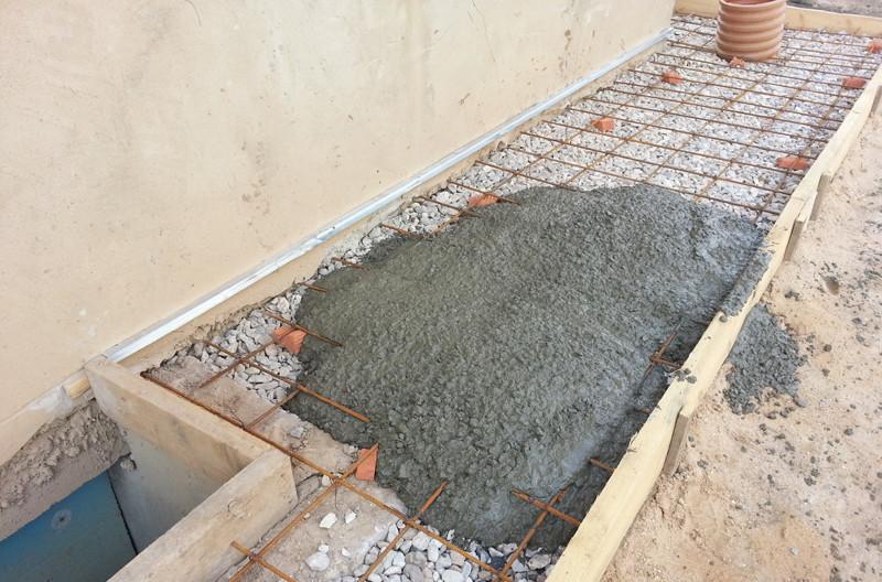 Чтобы отмостка не растрескалась после года эксплуатации, необходимо выбирать качественный цемент для замешивания смеси.