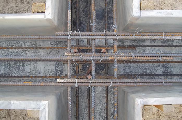 Для укрепления фундамента в нишу для бетона кладут сетку из металлических прутов.