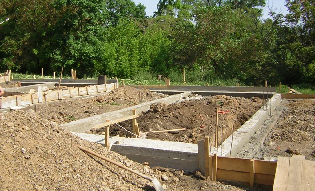 Чтобы изготовить фундамент глубокого заложения, придется копать глубокую траншею, что является трудоемким процессом.