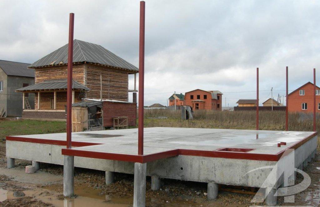 Свайный фундамент с монолитным ростверком и бетонной плитой.
