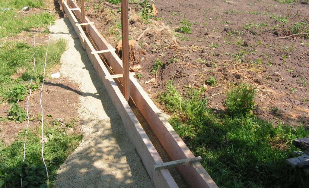 Сооружение опалубки — обязательное условие для строительства забора