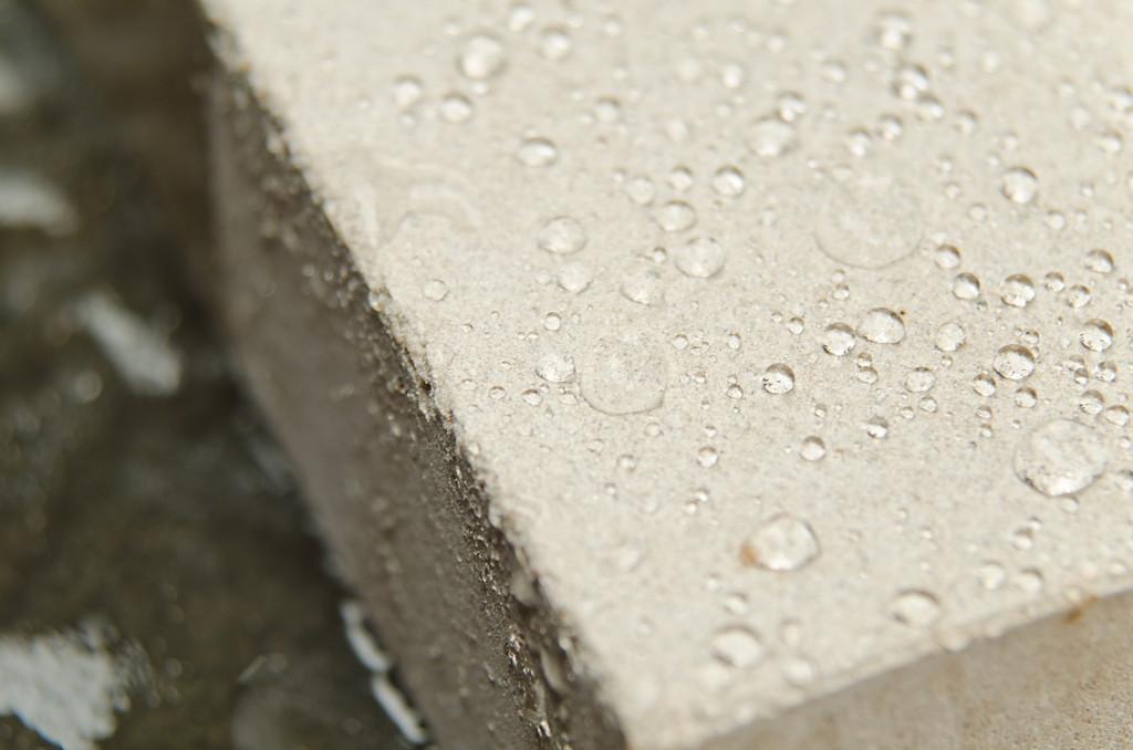 Контакт воды и бетона.