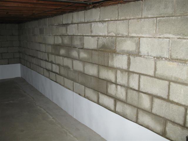 Пятна сырости на стенах в подвале