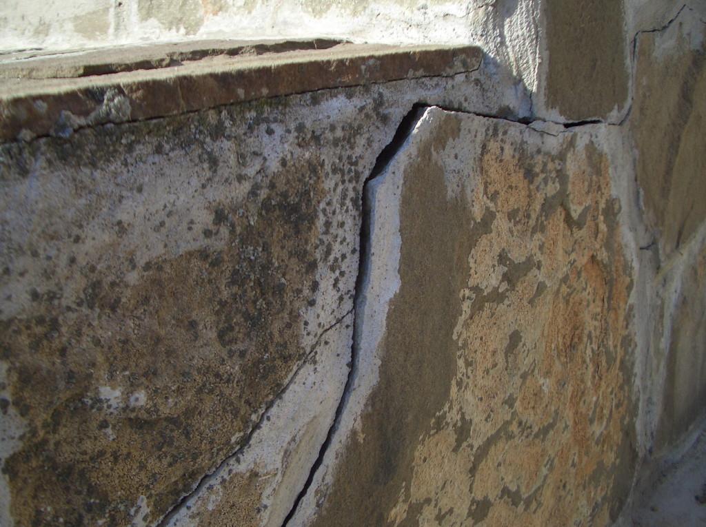 Трещина в цоколе: следствие промерзания фундамента