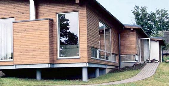 Результат строительства дома на фундаменте со сваями.