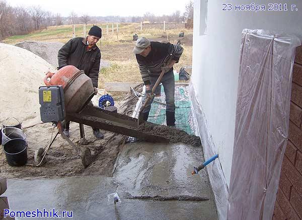 Заливка отмостки из бетономешалки