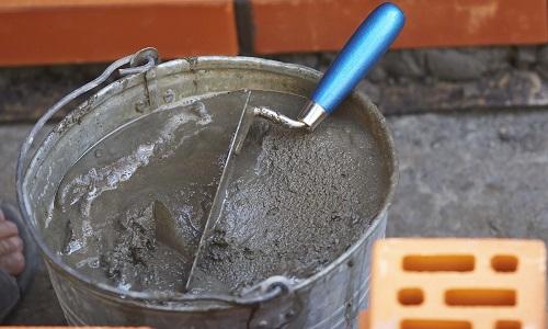 процесс замешивания цементного раствора