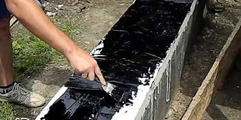 Процесс покрытия готового фундамента.