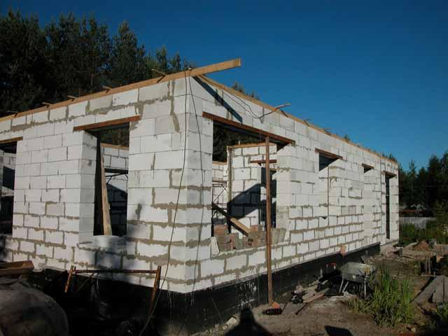 Гараж-мастерская с окнами из блоков на свайном фундаменте.