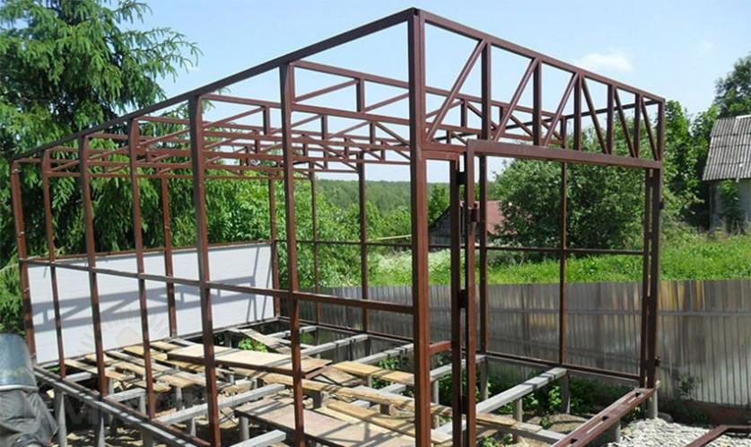 Каркас гаража на свайном фундаменте с коробкой ворот, верхним и нижним усилением конструкции.