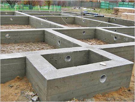 Бетона для работы понадобится много, поэтому на него уйдет большая часть денег, выделенная на строительство фундамента.