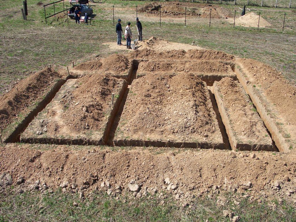 На фото показан результат земляных работ – траншеи готовы под дальнейшую заливку.