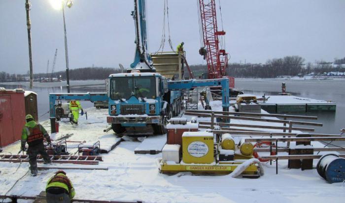 На фото показан процесс масштабного строительства в зимнее время.