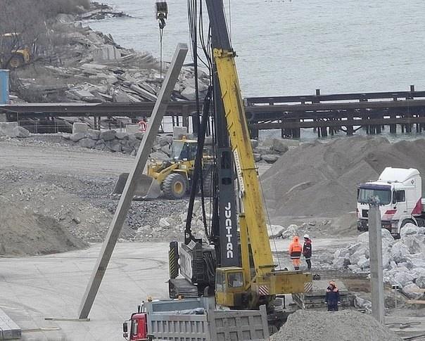 Здесь показано строительство моста, в этом случае для объекта требуются опоры средней длины.