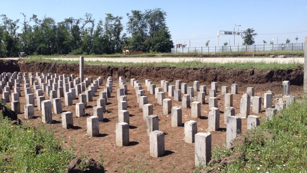 На фото показаны свайные «поля» - площадку под будущую постройку.