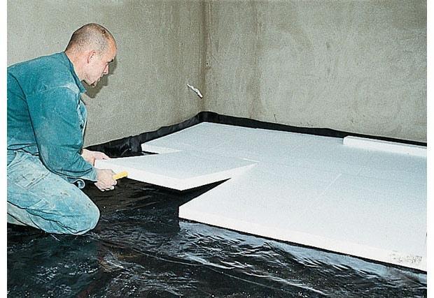 Пленка под теплоизоляционным материалом при выполнении чернового пола.