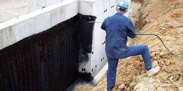Нанесение битумной гидроизоляции безвоздушным агрегатом.