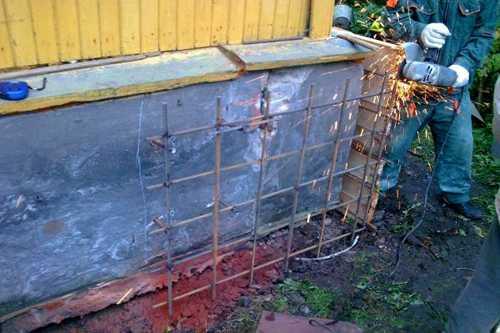 Ремонт ленточного фундамента у дачного домика.