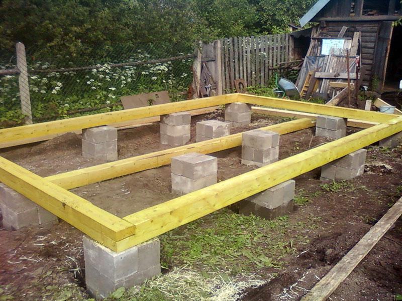Столбчатая основа из бетонных блоков с деревянным ростверком