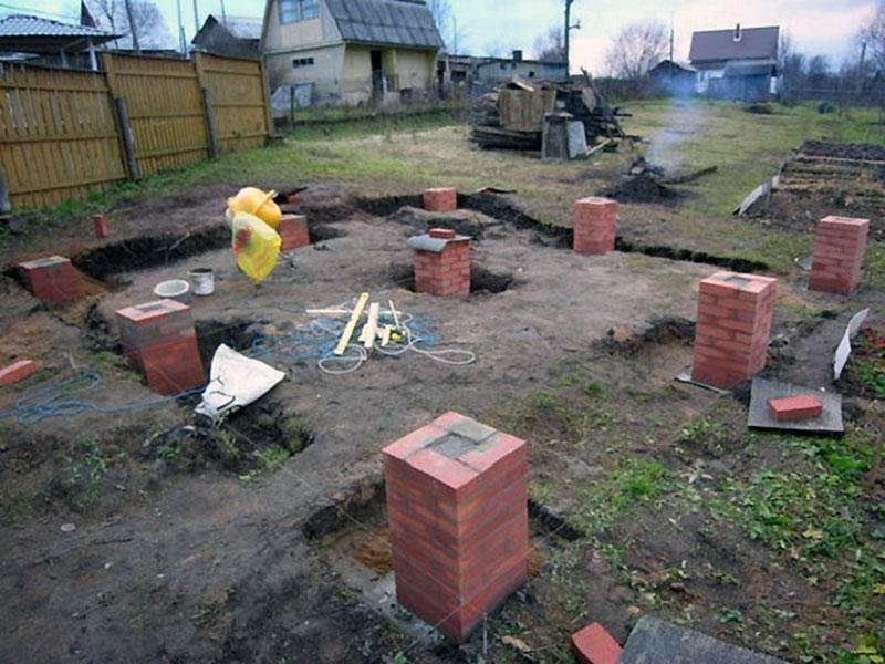 Кирпичные опорные столбы под фундамент для бани