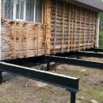 Обвязка деревянного здания металлическим ростверком для переноса нагрузки